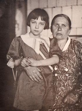 Соня со своей няней Сергеевной 1938 год
