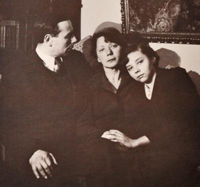 Соня с родителями после возвращения из эвакуации 1943 год